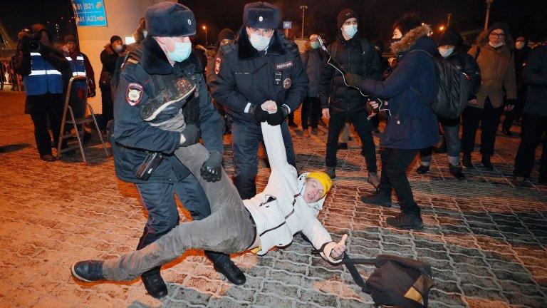 """Кадър от задържането на привърженици на опозиционера на летище """"Внуково"""" край Москва"""