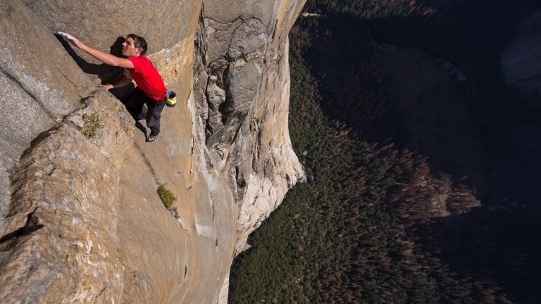 Сам на скалата (Free Solo, National Geographic)  При документалните филми абсолютен фаворит в техническите категории на емитата тази година е Free Solo, който разказва историята на катерача Алекс Хонълд и намерението му да изкачи сам скалното образувание Ел Капитан в американския национален парк Йосемити. Документалният филм взе всичките 7 награди в седемте категории, в които беше номиниран - от монтаж до режисура.