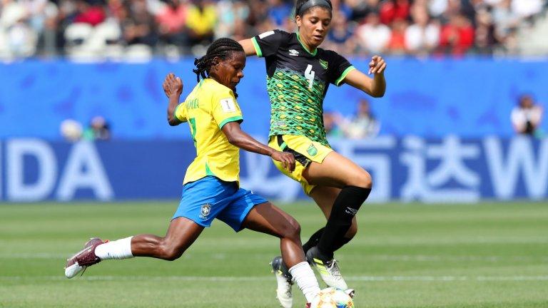 Родена е във време, когато женският футбол е забранен. Сега е на своята седма Олимпиада и преследва неосъществената мечта