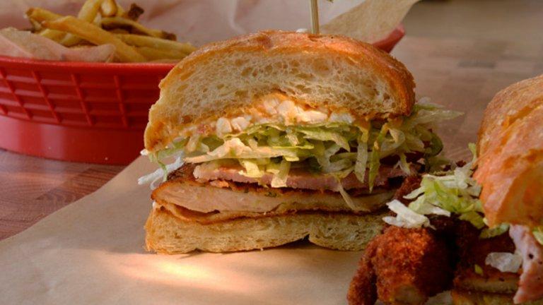 Това е Семита, особено характерен за мексиканската кухня сандвич. Той включва сусамени питки, яйца, авокадо, сирене, лук, моцарела, много месо по избор и яко върви с лют сос.