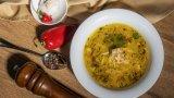 Вижте в галерията как се приготвя бистра пилешка супа по варненски.