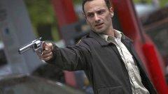 """""""Живите мъртви"""" (The Walking Dead)  Сериалът, който отново направи зомбитата готини, но се задържа твърде дълго в домовете на зрителите и сам започна да """"сдъвква мозъци"""". Всичко започна чудесно - шерифът Рик, един доста симпатичен протагонист, се събужда в свят, в който по-голямата част от хората са се превърнали в жадуващи човешка плът (но и доста мудни) зомбита. В първите епизоди The Walking Dead разказваше малко по малко за случилото се и за положението в този постапокалиптичен свят, в голяма степен през очите на Рик, докато се развиваше и собствената му семейна драма."""