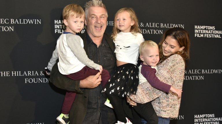 Алек Болдуин е по-напред - има нито повече, нито по-малко, а точно 6 деца. Той стана баща за шести път през драматичната 2020 г. Пет от децата му са от съпругата му Хилария и има една дъщеря от Ким Бейсинджър, Айлънд Болдуин.