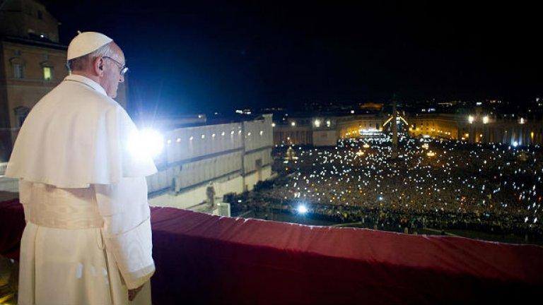 Солидарността, която е богатството на бедните, често се смята за контрапродуктивна, тъй като противоречи на логиката на финансите и на икономиката, каза папата