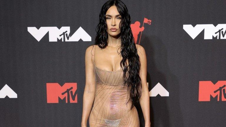 """Меган Фокс  Една от последните звезди, които показаха, че модата на """"голите"""" рокли няма да си отиде скоро, е актрисата Меган Фокс. Тя се появи с прозрачна рокля на Dolce&Gabanna при раздаването на видео наградите на MTV."""