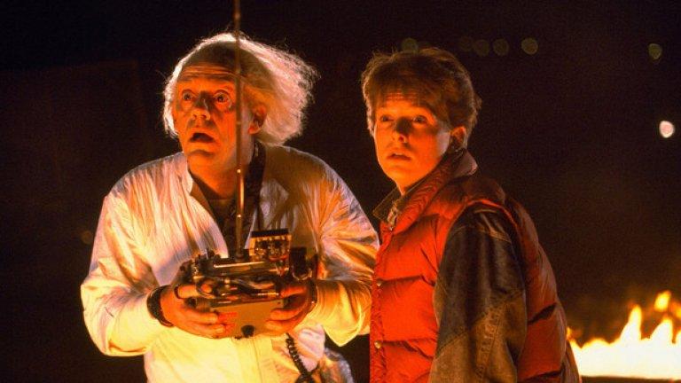 """Завръщане в бъдещето (1985)  Не е нуждо летният блокбъстър да е перфектен, но трябва да е неустоим, точно както """"Завръщане в бъдещето"""" – историята за момчето, върнато 30 години в миналото и натоварено със задачата да събере родителите си и така да спаси собственото си съществуване.   Филмът показа, че смесицата от жанрове като фантастика, семейна драма и гимназиална комедия може да привлече огромна аудитория – и да създаде осемдесетарска класика. Коктейл от жанрове донесе иконичен статус и на """"Ловци на духове"""", появил се година по-рано. Подобни проекти обаче са твърде рискови и все по-рядко Холивуд си позволява да инвестира в такива."""