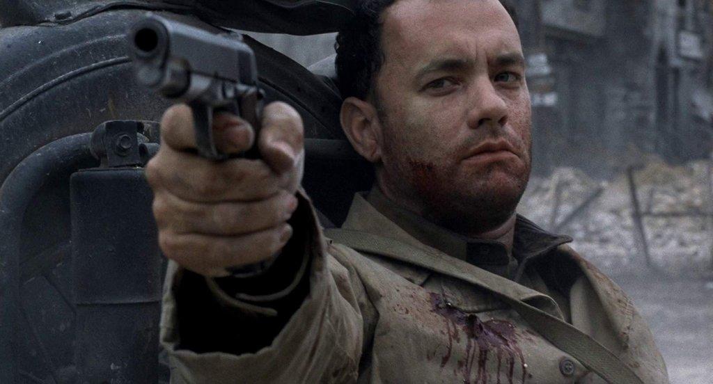 """""""Спасяването на редник Райън""""  Ако си падате по военните драми – това е точният филм, на който да заложите още тази вечер. Том Ханкс е капитан Милър, който след десанта в Нормандия решава да предприеме смел до безразсъдност ход и да се опита да спаси редник Райън, последният останал жив син в семейство Райън.    На екран на Ханкс партнират имена като Мат Деймън, Едуард Бърнс, Тед Дансън и дори Вин Дизел. Брилянтната режисура е дело на Стивън Спилбърг и съвсем логично му носи златната статуетка в тази категория, както и в още четири."""