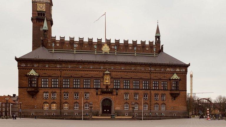 Кризата пак не успя да изненада скандинавците. Какво предприеха в Дания и каква е атмосферата там - разказ от първо лице.На снимката: кметството и безлюдният площад пред него след въведените мерки