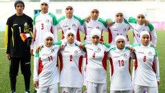 Иранският национален отбор за жени играе с хиджаб, фланелки с дълги ръкави и долнища с дълги крачоли