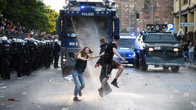 Протестиращите бягаха от силните водни струи