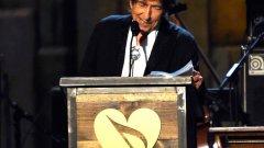На тържествената гала прозвучаха известни композиции на Дилън, сред коитоKnocking on Heavens DoorиStanding in the Doorway. Сред изпълнителите бяха Бек и Шерил Кроу, Джак Уайт, Брус Спрингстийн, Нора Джоунс. Тази седмица на музикалния пазар излезе 36-ият студиен албум на 73-годишния Боб Дилън –Shadows in the Night.