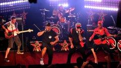 Супергрупата Prophets of Rage по време на първия им концерт, състоял се във вторник. Благодарение на Yondr публиката нямаше възможност да снима с телефоните си