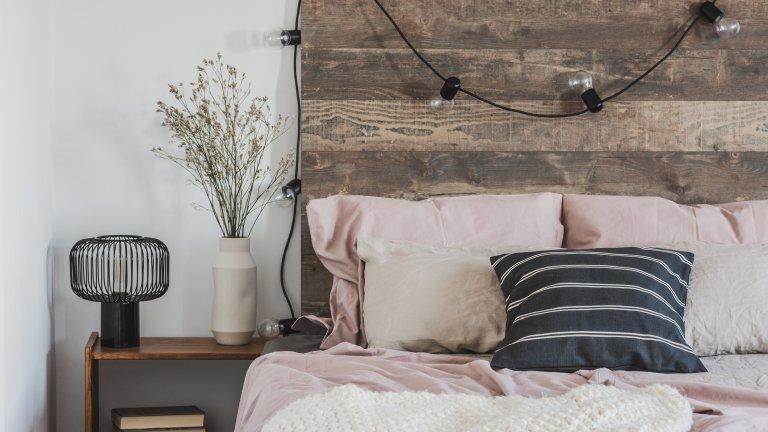 Моето легло е моята крепостОткога не сте обръщали внимание на нощното си шкафче? Ако го преаранжирате и му дадете малко въздух, може да създадете неочакван уют на мястото, където започва и приключва денят ви. Може би отдавна имате нощна лампа, но помислете дали не можете да намерите приложение на лампичките и тук - светлината може и да не стига за четене, но създава интимност.