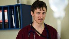 """Д-р Калин Генадиев, макар и противоречив персонаж, е един от водещите герои в хитовия български медицински сериал """"Откраднат живот"""" и ежедневно изкушение за хиляди българки пред малките екрани."""