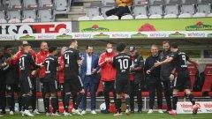 Играчите и треньорите на Байерн Мюнхен направиха шпалир на Роберт Левандовски след изравняването на рекорда на Герд Мюлер