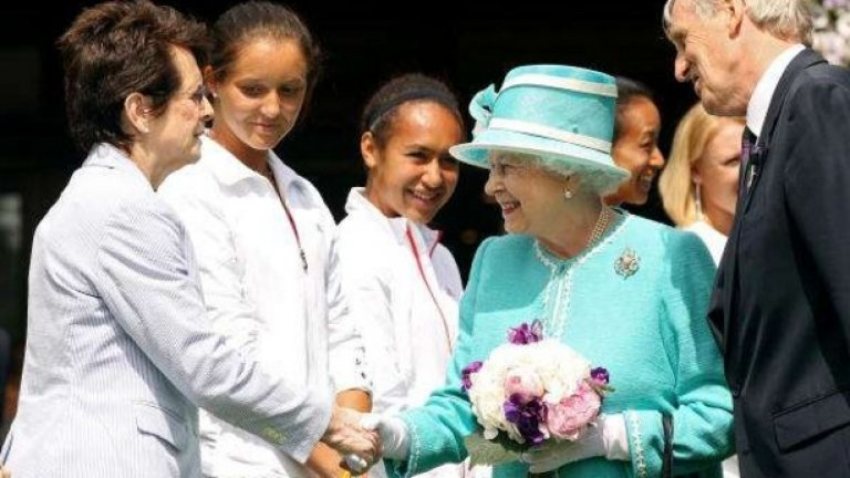 В миналото е било задължително състезателите да се покланят преди и след мач на членовете на кралското семейство, седящи в кралската ложа на централния корт. През 2003 г. обаче тази традиция е отменена от президента на клуба – дукът на Кент. Сега състезателите са задължени да се покланят само при условие, че в ложите са принцът или принцесата на Уелс.