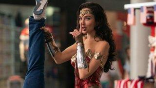"""""""Жената чудо 1984"""" (Wonder Woman 1984) Кога: сложно е  Без съмнение най-комерсиалното заглавие за годината е в странна ситуация, поне що се отнася до България. Филмът ще се появи на 25 декември в HBO Max в Щатите. За останалия свят, включително и у нас, той трябваше да тръгне по кината на 16 декември. Киносалоните обаче са затворени поне до 21-и. Ясно е, че подобни комиксови епоси заслужават да се гледат на голям екран, но остава въпросът колко зрители вече ще гледали """"Жената чудо 1984"""", когато най-накрая кината отворят...  Иначе най-накрая отново ще видим Гал Гадот като красивата Даяна Принс. Този път действието се развива в 80-те, а Даяна трябва да се справи с нови злодеи - Cheetah и Макс Лорд (Педро Паскал), докато в същото време ѝ се случва невъзможното и среща отново любимия си Стив Тревър (Крис Пайн)."""