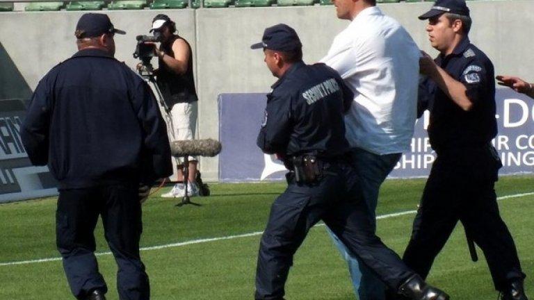 """""""Лудогорец Арена"""", 2012 г. Треньорът на Черноморец Димитър Димитров е нахлул на терена, бесен от отсъжданията на съдията Стефан Спасов, и се налага да бъде изведен с полиция. Пет години по-късно Димитров е обявен за новия треньор на Лудогорец"""