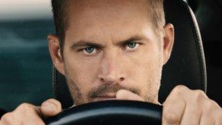 """Пол Уокър, Furious 7 (2015)  Уокър загуби живота си при автомобилна катастрофа на 30 ноември 2013 г. По това време екипът на """"Бързи и яростни 7"""" е в почивка заради празниците, но снимките са далеч от своя край. Смъртта на Уокър, който има основна роля във филма, обаче водят до спиране на работата за няколко месеца. Измислена е нова сюжетна линия, в която героят на Уокър - Брайън О'Конър, се """"пенсионира"""" от престъпния живот. За да заснеме последните сцени с персонажа, екипът използва помощта на Weta Digital - студиото за визуални ефекти на Питър Джаксън. Специалистите там успяват да възпроизведат лицето на Уокър върху телата на неговите братя Калеб и Коуди, които са добавени към филма като дубльори. Така с помощта на хитър монтаж, братята на актьора и CGI ефекти Брайън О'Конър получава своята лебедова песен."""