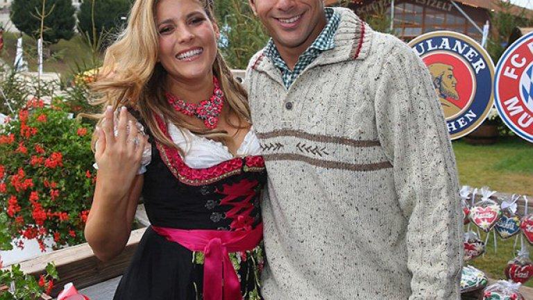 Клаудио Писаро и детската му любов Карла Салседо - все още щастливи и влюбени.