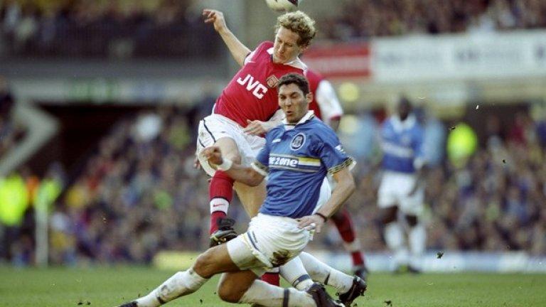 """Марко Матераци в Евертън През лятото на 1998-а Перуджа продава 25-годишния Матераци в Евертън срещу 3 млн. евро. Италианският бранител играе само един сезон в цветовете на """"карамелите"""", но им помага в битката за оцеляване. Едва ли ще се изненадате от факта, че в 27 мача Матераци получава 10 жълти и три червени картона, но вкарва и два гола, включително и един от пряк свободен удар срещу Мидълзбро."""