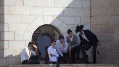 Двама палестинци, въоръжени с брадви, ножове и пистолет убиха четирима израелски граждани и раниха осем души по време на сутрешната молитва в синагога в Йерусалим