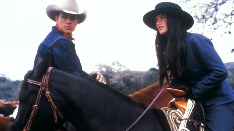 """""""Тези прекрасни коне"""" """"Тези прекрасни коне"""" разказва за живота на момче от Тексас, което тръгва да търси пътя си и се натъква на красиво момиче в каубойско ранчо. Пламва любов и всичко е красиво, но в книгата на Маккарти няма нищо сладникаво. Майсторски описания на природата и космоса отнемат от захарта на любовната история и я правят сурова, истинска и интригуваща. Едноименният филм, режисиран от Били Боб Торнтън, обаче е леко """"чийзи"""", макар че определено става за гледане, най-малкото заради младите Мат Деймън и Пенелопе Крус, които претворяват разкошната химия помежду си на екран. И заради наистина прекрасните коне, които участват."""