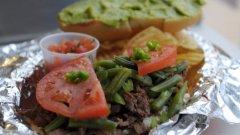 """Чилийският сандвич Чакареро се приготвя от фино нарязано и изпечено на скара месо, към което се добавя домат, зелен боб и чушка. В страната го наричат още """"фермерския сандвич"""" и е адски вкусен."""