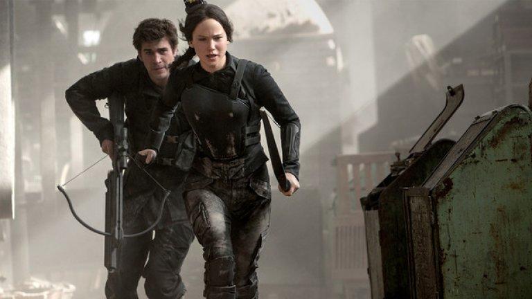 """The Hunger Games: Mockingjay - Part 2 (Игрите на глада: Сойка-присмехулка – част 2)  Премиера за България: 20 ноември  Филмът е очакван от мнозина дори и само защото е последна част от поредицата """"Игрите на глада"""". Катнис на Дженифър Лорънс вече е издигната от гладиатор до въстаник, а като за финал би трябвало да има повечко екшън и решителен сблъсък с президента Сноу (Доналд Съдърланд)."""