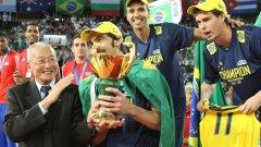 Капитанът на Бразилия Жиба вече държи в ръцете си третата световна титла на тима, получена лично от президента на международната федерация Дзизонг Вей