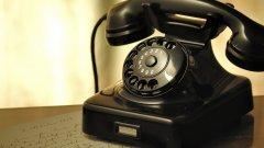 """1. Телефон със шайба  """"Какво е това?"""", би попитал някой първокласник, когато види """"истински"""" телефон. От онези класическите - черен, бежов или млечнозелен на цвят, с огромна слушалка, навъртян като свинска опашка кабел и шайба вместо бутони. Не е нужно да се напъвате, за да си спомните характерния звук, който се чуваше докато шайбата се връщаше на стартова позиция след всяка набрана цифра. А при грешка нямаше бутон за изтриване, а всичко започваше отначало, което можеше да превърне набирането на по-дълъг номер в доста сериозно предизвикателство. Ако изнамерите една такава класика на тавана си и я покажете на някой под 15 години, може доста да се позабавлявате с опитите му да набере случаен номер."""