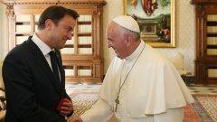 Папа Франциск се среща с премиера на Люксембург Ксавие Бетел.   Бетел беше приет във Ватикана в компанията на законния си съпруг Готие Дестене преди няколко месеца - жест, който беше приет като промяна на консервативното отношение на Църквата спрямо хомосексуалните двойки.