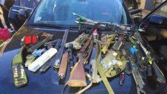 В багажника на автомобила си мъжът носел 3 пушки, 1 пистолет и 24 ножа