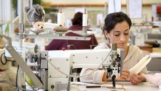 Изследване показва лошите условия във фабриките, работещи за бранда H&M у нас, в Индия, Турция и Камбоджа