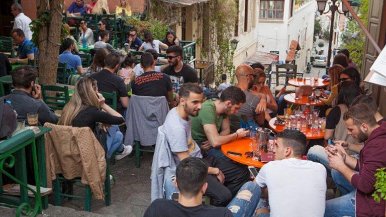 Сега градските кафенета се оживяват, арт сцената процъфтява, а хората изглеждат щастливи. Щастливи, защото драмата е приключила? Не, тъкмо обратното.