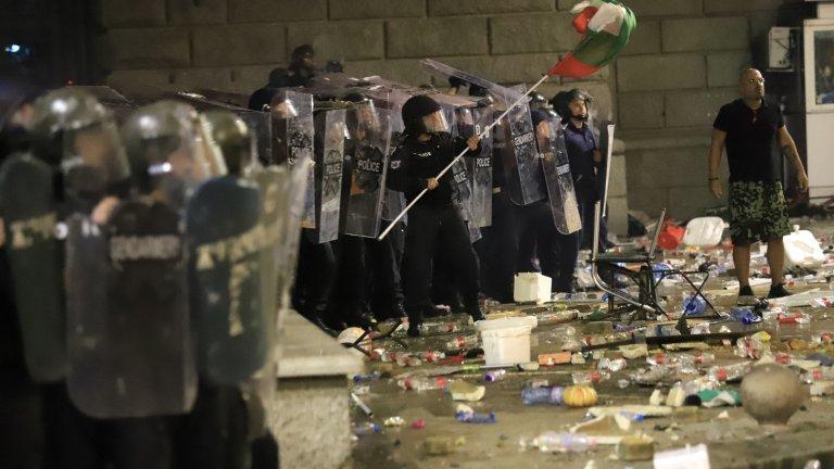 Според информациите над 50 демонстранти също са потърсили медицинска помощ вчера
