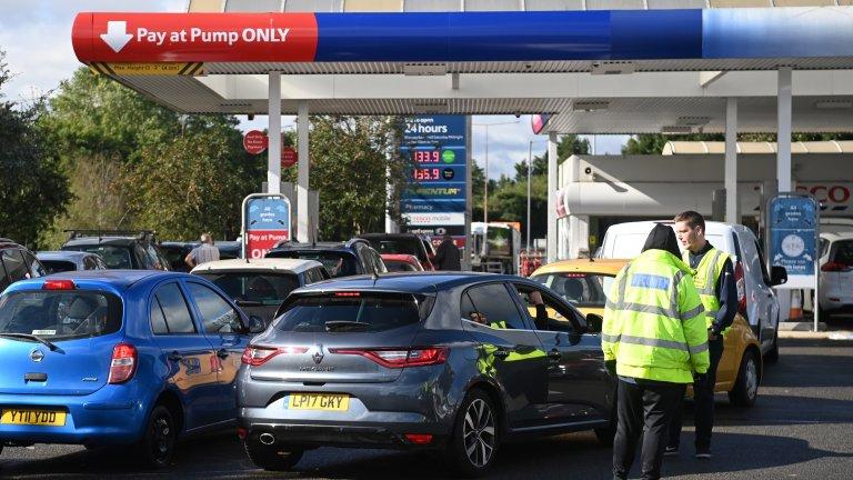 Заради острия недостиг на шофьори хиляди бензиностанции вече нямат гориво