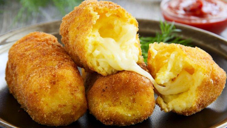 Картофени крокетиПревърнете 800 грама сварени картофи в гладко пюре, към което добавете 30 грама масло, два жълтъка и 50 грама твърдо жълто сирене като ементал, грюер или чедар. Разбъркайте и оставете сместа да се охлади достатъчно, за да можете да работите с нея с ръце. Оформете 14-16 продълговати крокета.  Оттук нататък имате избор дали да запържите или запечете крокетите, но и в двата случая са ви необходими три купи - с брашно, с две разбити цели яйца и с галета. Минавате крокетите първо през брашното, после през яйцата и накрая - през галетата. Печете в загрята на 200 градуса фурна или пържите в сгорещено олио в дълбок тиган.   Крокетите са чудесно мезе и си вървят с всякакви сосове - кетчуп, чеснов сос, майонеза, горчица. Към картофената смес можете да прибавите и много ситно нарязан колбас за повече вкус.
