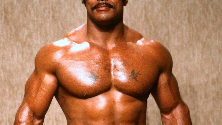 Роки има спаринги с мегазвезди на бокса като Мохамед Али и Джордж Форман в младежките си години, но заради огромната си сила и мускулатурата на борец, намира мястото си в кеча.