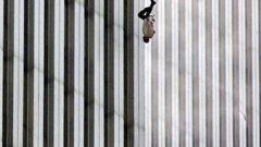 """Каква е историята на """"Падащият човек"""" - най-противоречивата и мистериозна снимка от деня на трагедията на 11 септември в Ню Йорк?"""