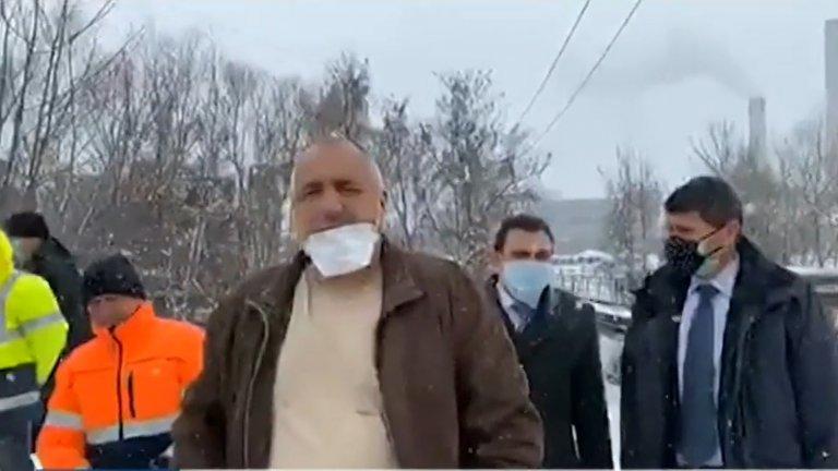 Премиерът Борисов направи инспекция на новоизградения авариен водопровод, а кметът на града го увери, че перничани ще имат воден режим само през нощта