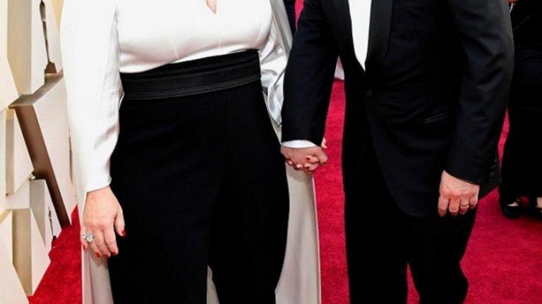 """Бен Фалконе и Мелиса Маккарти  Много вероятно е """"Шаферки"""" (Bridesmaids) да остане една от най-обичаите роли на Мелиса Маккарти, но много хора все още не знаят, че въздушният полицай във филма е изигран от съпруга й Бен Фалконе. Двойката е заедно от 2005 г. Оттогава Фалконе режисира няколко филма на Маккарти - The Boss (2016), Tammy (2014) и """"Безкраен купон"""" (Life of the Party) през 2018 г., като в някои от тях самият той се появява.  В """"Шаферки"""", в който се разказва за кошмарното организиране на сватба, Мелиса Маккарти игра една от приятелките на булката. Покрай бъркотията около сватбената подготовка тя среща бъдещия си приятел, изигран от Бен Фалконе. Двойката, разбира се, е нетрадиционна почти колкото и ролите на Маккарти."""