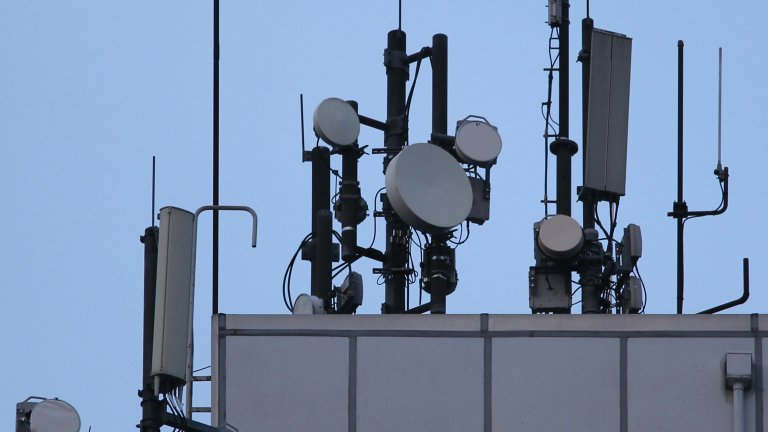 Нова и учудващо упорита конспиративна теория свързва 5G мрежата с разпространението на COVID-19. Доказателства, естествено, няма