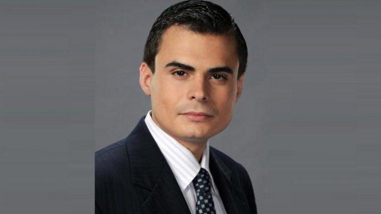 """Петър Николов-Зиков - от ДСБ през ДБГ към Патриотите Петър Николов е сред младите идеолози, които заедно с Иван Костов създават Демократи за силна България през 2004 г. И до днес той се позиционира като защитник на консервативното дясно. През 2008 г. вече е в ръководството на партията за София. Година по-късно е поставен за водач на депутатската листа на ДСБ за Ловеч и мажоритарен кандидат, но не успява да влезе в парламента. Въпреки това е поканен от Иван Костов да влезе в Националното ръководство на партията като част от младата вълна политици на ДСБ. От този пост той се оттегля в края на 2011 г., а през пролетта на 2012 г. официално прекратява членството си, за да се влее през лятото на същата година в новосформираната от Меглена Кунева партия Движение """"България на гражданите"""", където е избран за член на Националния съвет. След неуспешните избори през 2013 г. заедно с цялото партийно ръководство той подава оставка.  По-късно става учредител на Института за дясна политика (ИДП) - НПО, чиято цел е да работи за следизборна коалиция на ГЕРБ, Реформаторския блок и патриотичните формации. След сключването на коалицията и съставянето на второто правителство на Бойко Борисов, Петър Николов е назначен за парламентарен секретар на Министерския съвет и остава такъв до 2017. На предсрочните парламентарни избори през 2017 г. Петър Николов изненадващо се явява като кандидат на коалиция Обединени патриоти, едновременно в листите в 25-ти Софийски избирателен район (четвърто място) и като водач в 11-ти Ловешки. И отново не успява да влезе в парламента. Към момента той е заместник-министър на образованието и науката."""