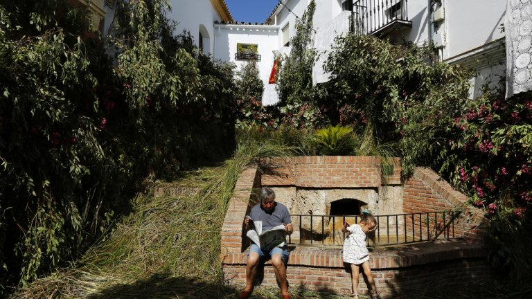 Захара де ла Сиера е град в Испания, свикнал да се брани от врагове и опасности, а кметът му въведе строги мерки срещу поредната заплаха - коронавируса COVID-19.