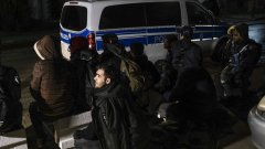 Все повече бежанци и мигранти се опитват да влязат в Европейския съюз през границата на Турция с Гърция (на снимката: група заловени мигранти в Гърция)