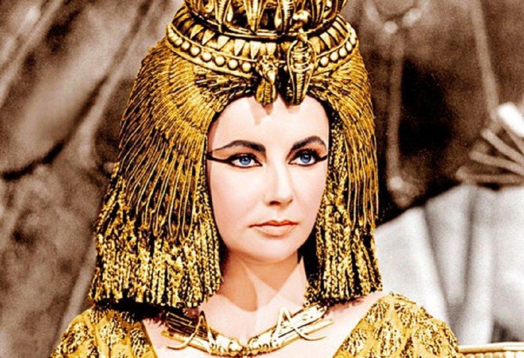 """Елизабет Тейлър в """"Клеопатра"""" Да, решението Елизабет Тейлър да изиграе Клеопатра е било точно толкова обсъждано и критикувано, колкото и това за Гал Гадот. Тейлър е с млечнобяла кожа и сини очи, докато някои смятат, че Клеопатра е била чернокожа. Е, явно споровете как е изглеждала владетелката скоро няма да стихнат…"""