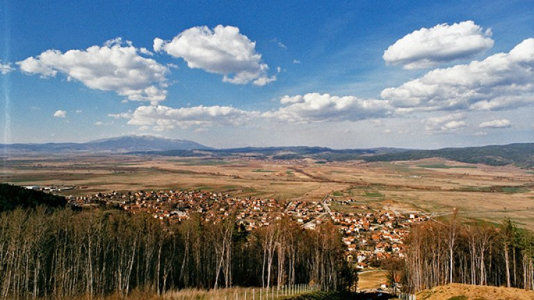 Непосредствено до село белчин селото се намира в близост до вековни букови и борови гори