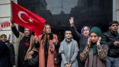 Датският премиер отлага визитата на Бинали ЙълдъръмНа снимката: Жени протестират пред холандското посолство в Истанбул срещу отказа на Холандия да приеме турски министри на посещение в страната