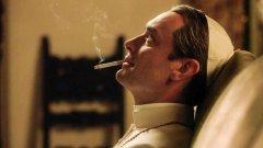 """След това решение можем със сигурност да твърдим, че Франциск не е папата, който пуши, за разлика от героя на Джъд Лоу във филма на Паоло Сорентино """"Младият папа""""."""